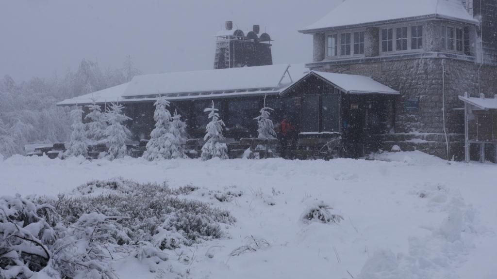 Schnee und Frost haben die Baude im Griff