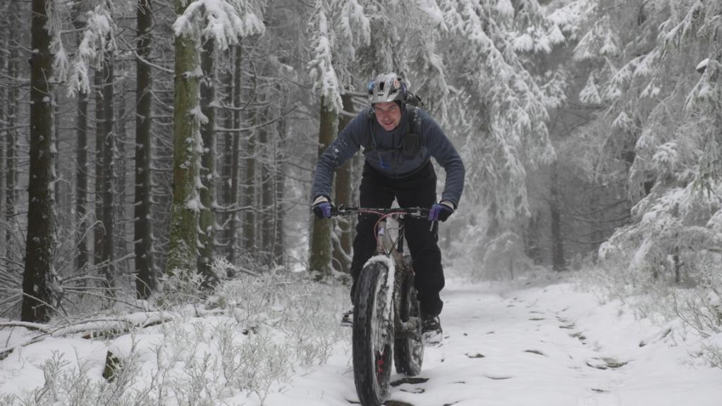 Abfahrt auf verschneitem Trail