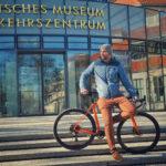 ebike trainer posiert vor museeum