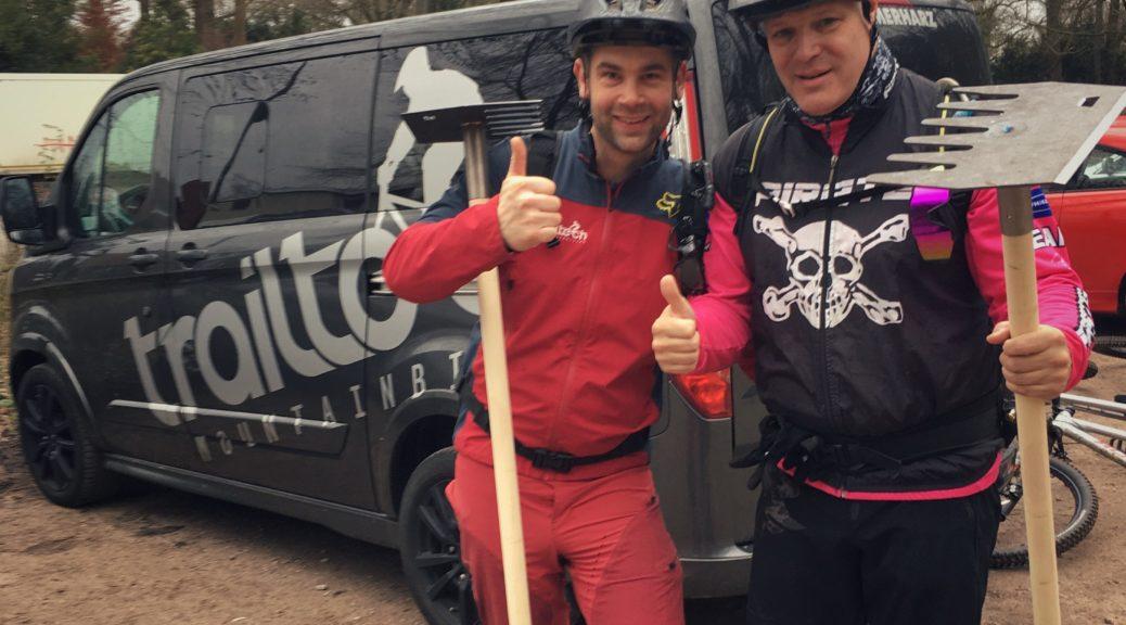 biker übergibt werkzeuge