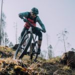 mountainbiker fährt im wald