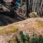 mountainbiker springt über felsen