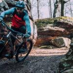mountainbiker fährt eine kurve