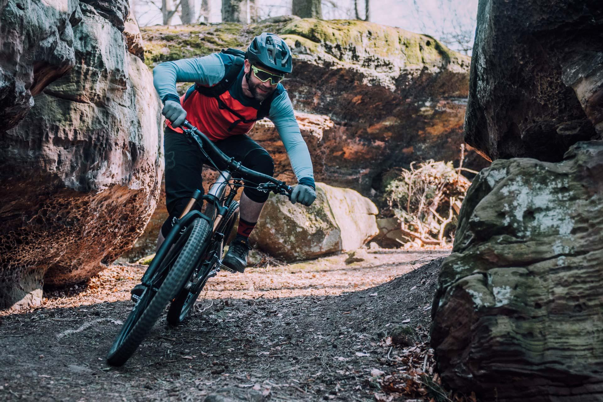 mountainbiker fährt eine enge kurve