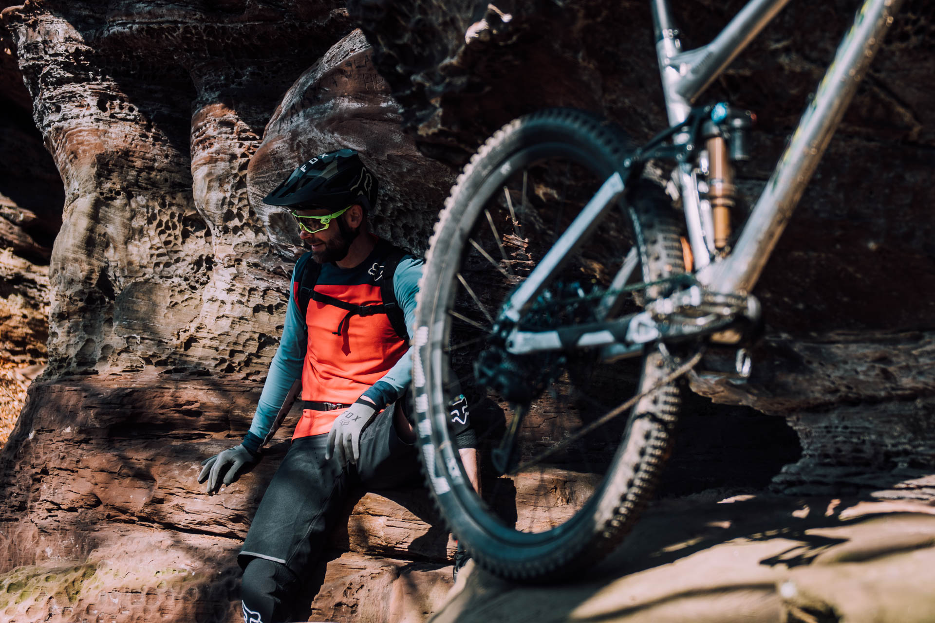 mountainbiker sitzt neben bike