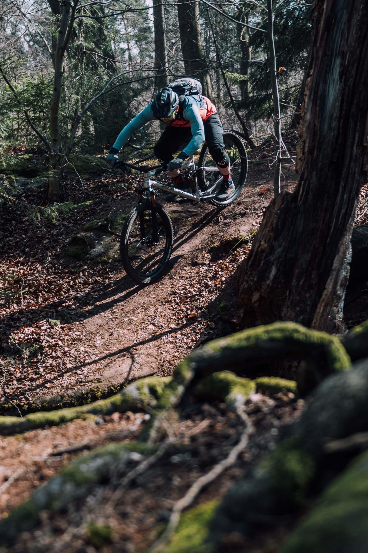mountainbiker fährt steilstück