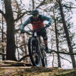 mountainbiker fährt bergauf über felsen