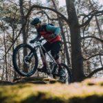 mountainbiker klettert über felsen