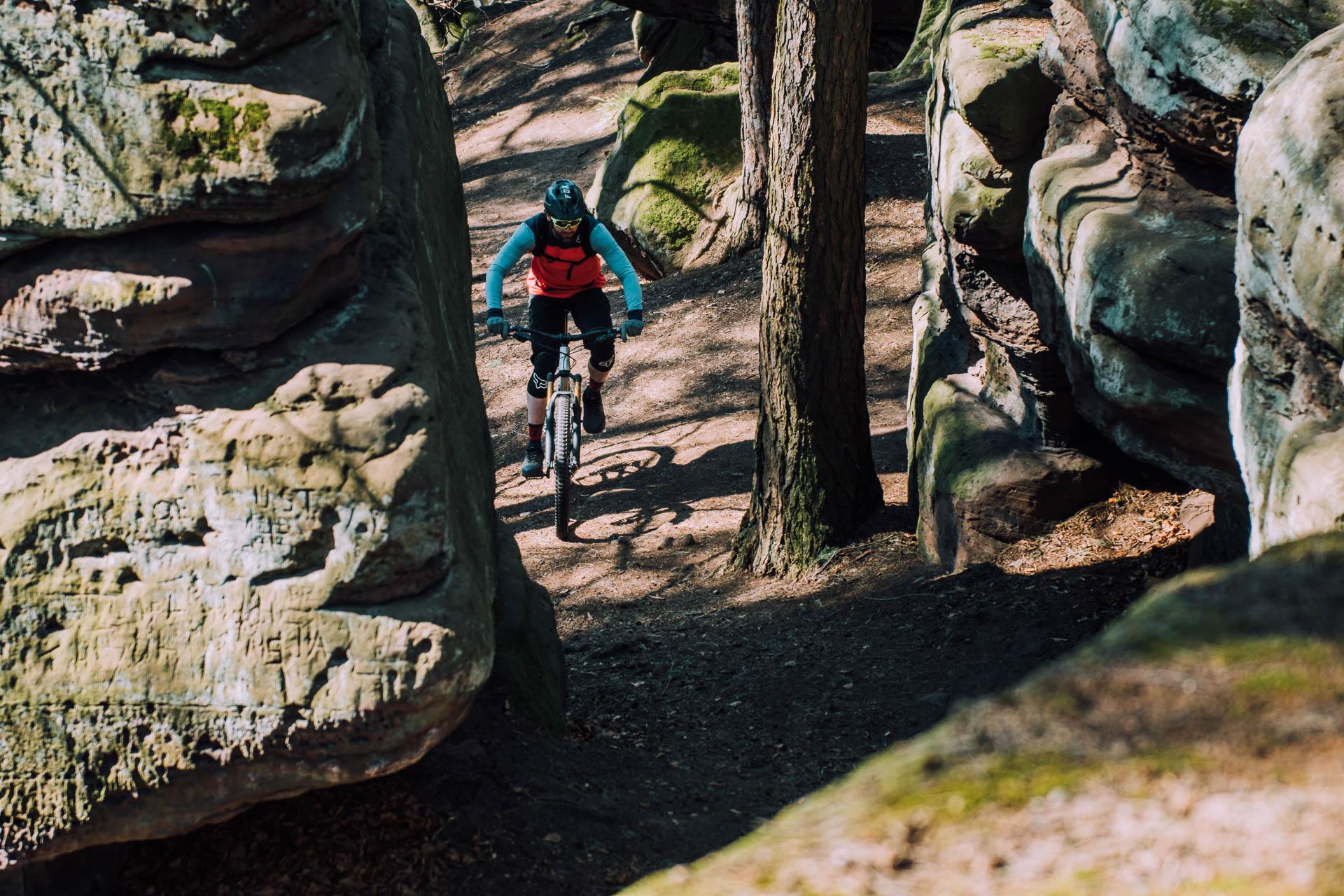 mountainbike fahrt durch die felsen