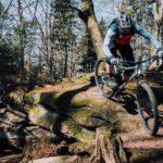 mountainbiker fährt an schmaler kante