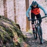 mountainbiker fährt schmalen hangweg