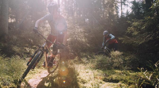 zwei mountainbiker fahren trail