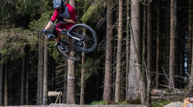 mountainbiker springt über schanze