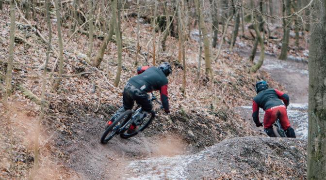 zwei mountainbiker rollen ins tal