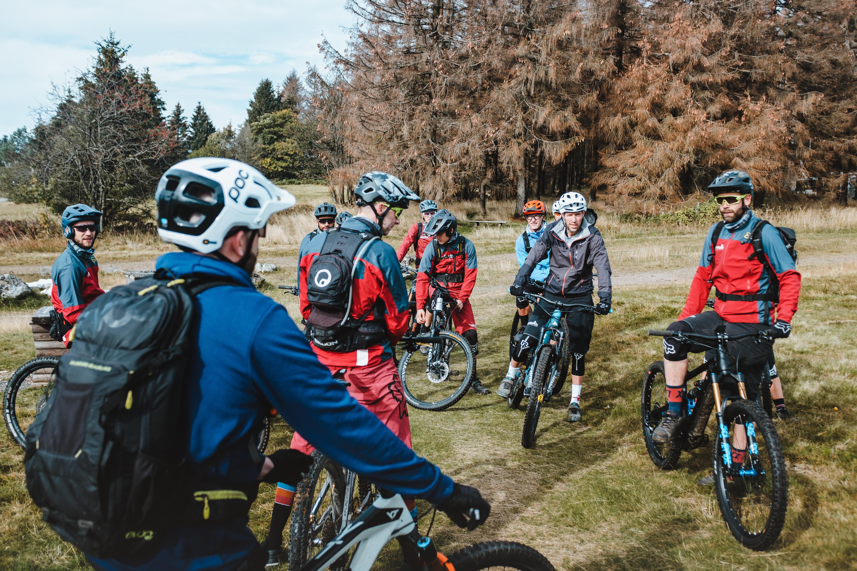 mountainbike gruppe steht auf platz