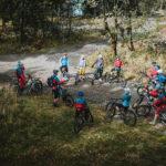 mountainbike gruppe von oben betrachtet