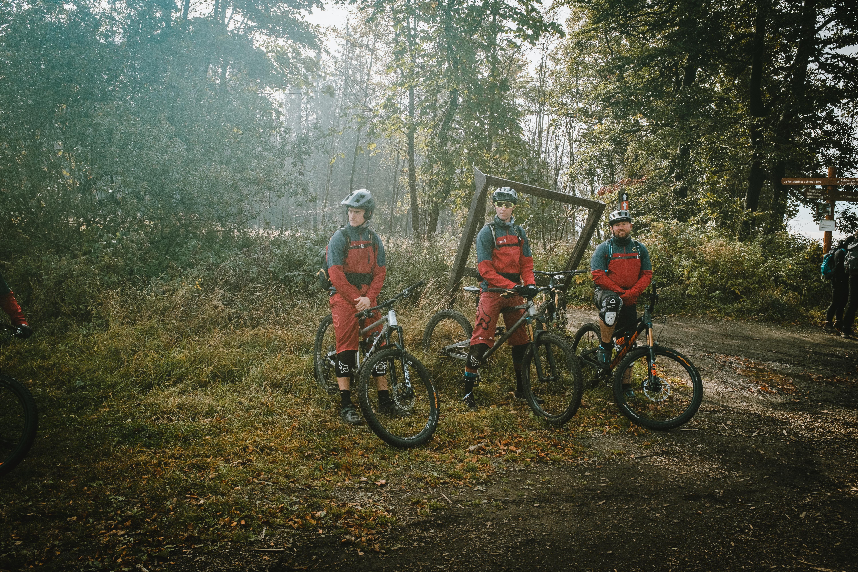 drei biker stehen vor Baum