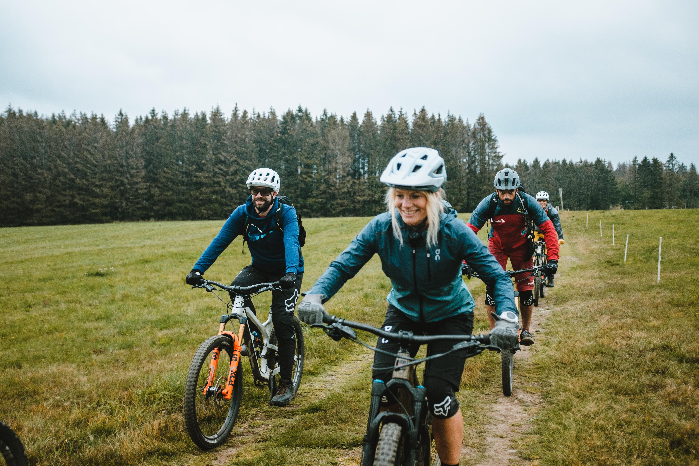 mountainbike gruppe fährt trail