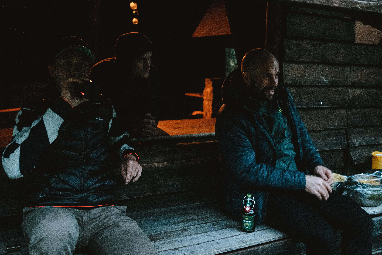 zwei biker sitzen vor grillhütte