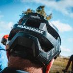 helm eines mountainbikers von hinten